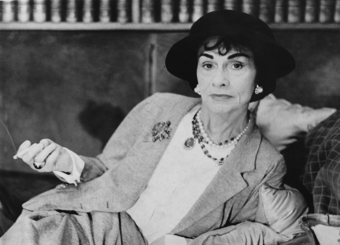 """Coco Chanel là một trong những người phụ nữ có tầm ảnh hưởng lớn nhất của thế kỉ. Người mà không chỉ thổi một làn gió mới vào phong cách thời trang của phụ nữ thời bấy giờ, mà cho đến tận hôm nay, phong cách sống cũng như nguyên tắc thiết kế của bà cũng là nền tảng cho mọi sự sáng tạo.   COCO CHANEL  NGƯỜI PHỤ NỮ QUYỀN LỰC TRONG THỜI TRANG  Bà là một trong những người phụ nữ có tầm ảnh hưởng lớn nhất của thế kỉ. Người mà không chỉ thổi một làn gió mới vào phong cách thời trang của phụ nữ thời bấy giờ, mà cho đến tận hôm nay, phong cách sống cũng như nguyên tắc thiết kế của bà cũng là nền tảng cho mọi sự sáng tạo.   Túi xách CHIP.VN Coco Chanel, người phụ nữ quyền lực trong thời trang  Trước khi tìm hiểu về những cuộc cách mạng táo bạo trong thời trang của Coco Chanel, chúng ta cần tìm hiểu một chút về tiểu sử của bà  Tiểu sử người phụ nữ quyền lực trong thời trang - Coco Chanel Coco Chanel có tên thật là Gabrielle Bonheur Chanel, bà sinh ngày 19/8/1883 tại Pháp. Năm 12 tuổi, khi mẹ qua đời, bà bị cha gửi vào trong cô nhi viện. Khi tròn 18 tuổi, bà di chuyển đến Moulins. Công việc đầu tiên bà làm chính là trở thành một ca sĩ phòng trà, sau đó bén duyên sang lĩnh vực thiết kế mũ.  Người đã ủng hộ, giúp đỡ, cũng như truyền cảm hứng để bà tiến gần đến con đường thiết kế thời trang chính là Arthur Edward """"Boy"""" ( Đại úy Capel) – người yêu của bà.  Sau nhiều đóng góp to lớn cho nền thời trang, bà có cuộc sống vương giả và cũng trải qua nhiều điều tiếng. Song, không một ai có thể phủ nhận tài năng thiên bẩm của bà.  Bà mất ngày 10-01-1971, tại Pháp  Coco Chanel đã từng khẳng định bà muốn mang lại cho người phụ nữ sự tự do. Tự do trong ăn mặc, tự do thể hiện cái tôi và cá tính riêng của mỗi người để vươn lên vị trí dẫn đầu. Ở bà, không thể nào nhầm lẫn với bất kì nhà thiết kế nào khác, luôn mang trong mình khát vọng giành lại quyền bình đẳng cho người phụ nữ, bà phá bỏ mọi qui tắc, rào cản, người phụ nữ qua tay bà trở nên thanh thoát nhẹ nhàng hơn bằng những loại trang phục """