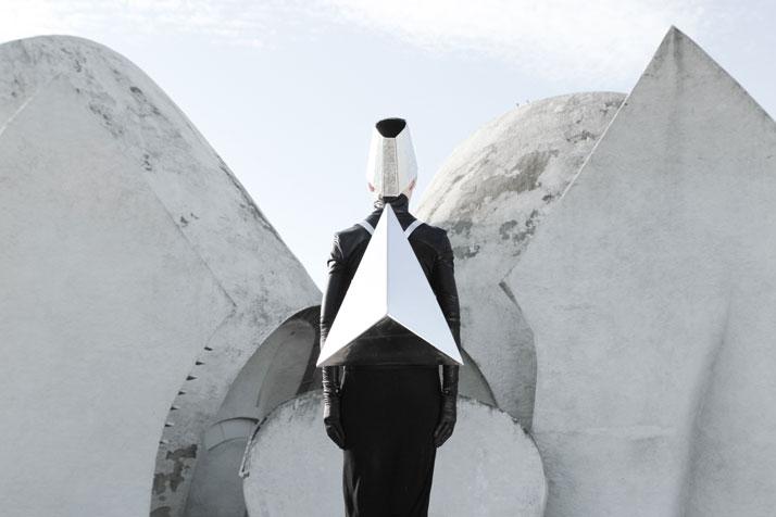 Túi hoạ tiết mang hơi hướng điêu khắc