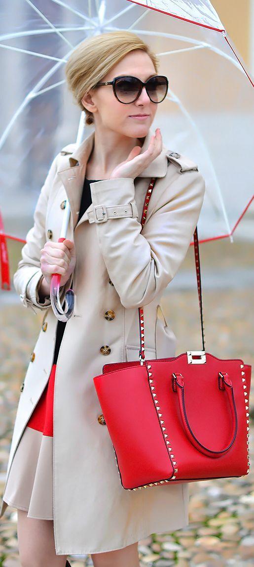 Túi xách đỏ viền đinh nổi bật